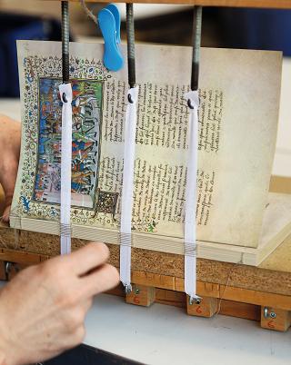 Pariser Alexanderroman, Heften der Lagen zum Buchblock an der Heftlade