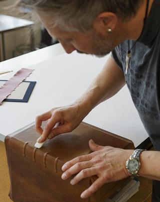 Pariser Alexanderroman, Bearbeitung der ledernen Einbanddecke mit dem Falzbein
