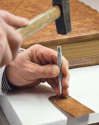 Codex Gisle, Buchbinderarbeit, Montage der Schließen