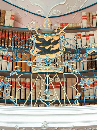 Kloster Einsiedeln, Barockgitter in der Stiftsbibliothek mit dem Wappen von Einsiedeln