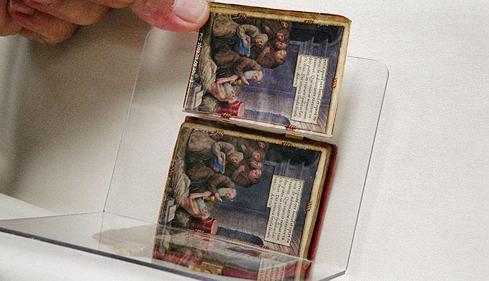 Gebetbuch der Claude de France, Andruckvergleich mit dem Original unter Plexiglas