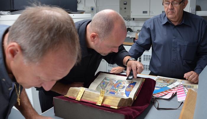 Sobieski-Stundenbuch, Experten des Verlags vor Ort in der Royal Library auf Schloss Windsor