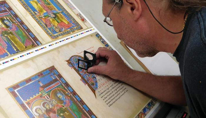 Passauer Evangelistar, Detailkontrolle der Druckbogen mit der Lupe