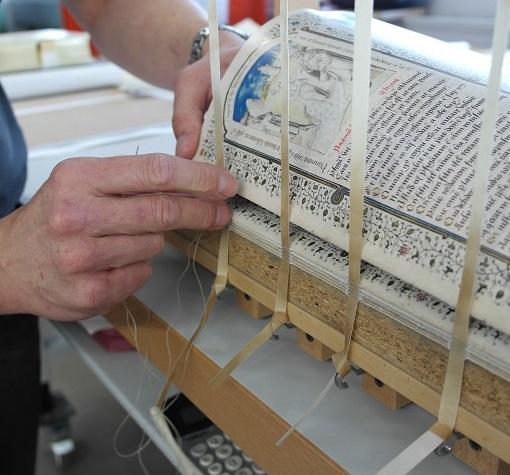 Die Lagen werden auf Bänder an der Heftlade zum Buchblock geheftet (Heilsspiegel aus Kloster Einsiedeln) - Die Kunst der Faksimilierung