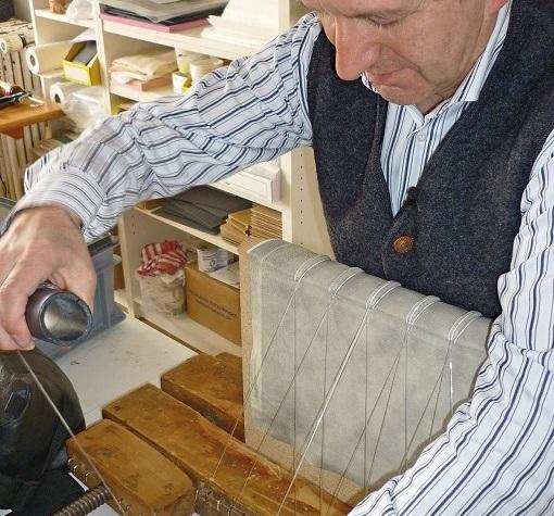 Arbeit des Buchbinders an der Klotzpresse (Goldener Münchner Psalter) - Die Kunst der Faksimilierung