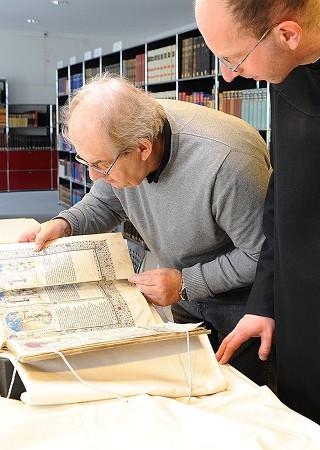 Vergleich mit dem Original im Beisein des Handschriftenkurators (Heilsspiegel aus Kloster Einsiedeln) - Die Kunst der Faksimilierung